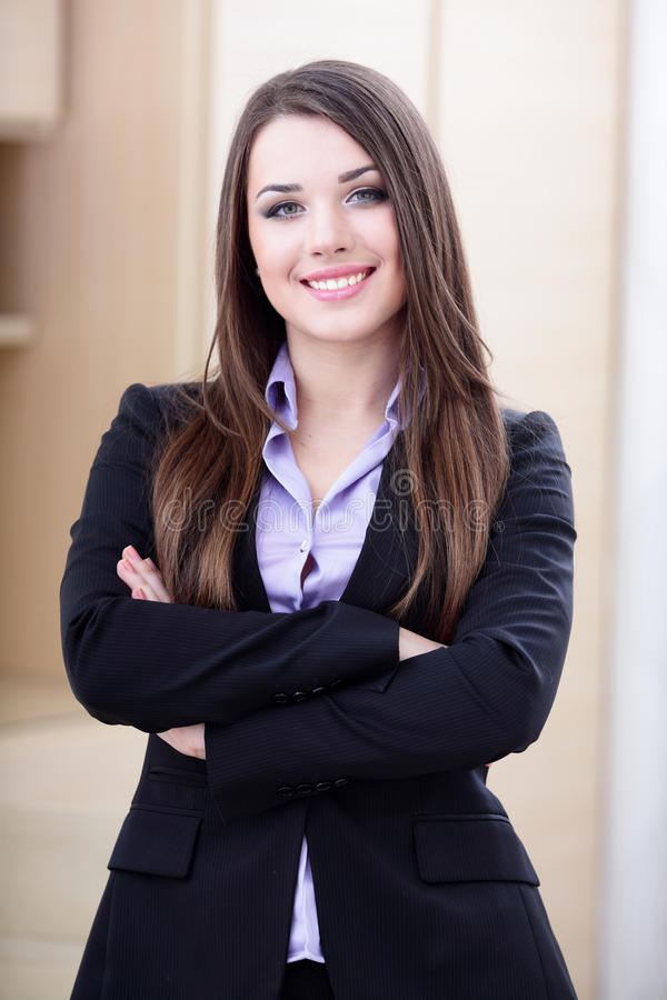Glückliche junge Geschäftsfrau lizenzfreie stockfotografie