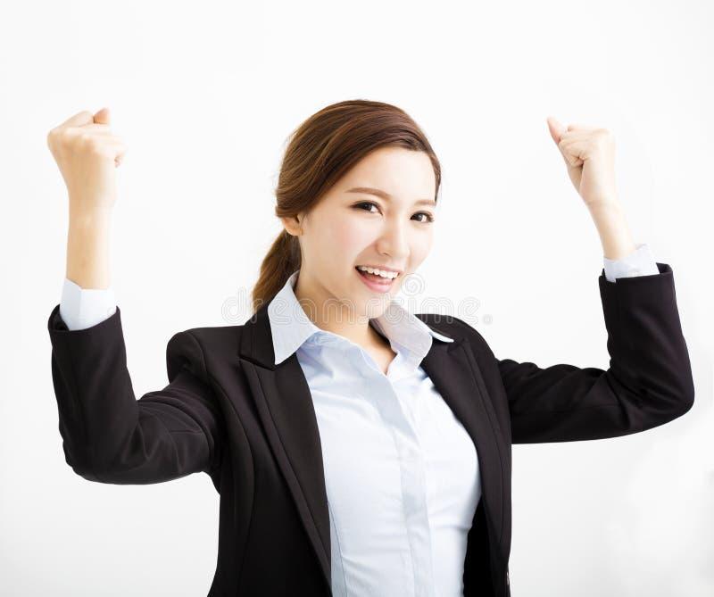 Glückliche junge Geschäftsfrau mit Erfolgsgeste stockfotografie