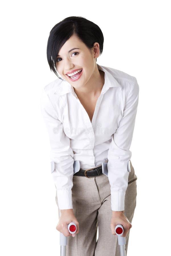 Download Glückliche Junge Geschäftsfrau Mit Krückeen Stockbild - Bild von dame, gesundheit: 27729703