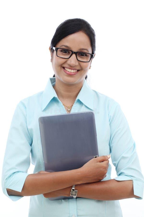 Glückliche junge Geschäftsfrau mit Tablette stockfoto