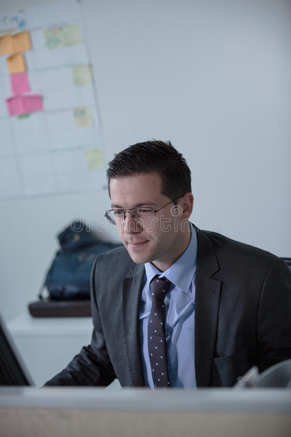 Glückliche junge Geschäftsmannarbeit im modernen Büro Hübscher Geschäftsmann In Office Wirkliche Wirtschaftswissenschaftler bussi lizenzfreies stockfoto
