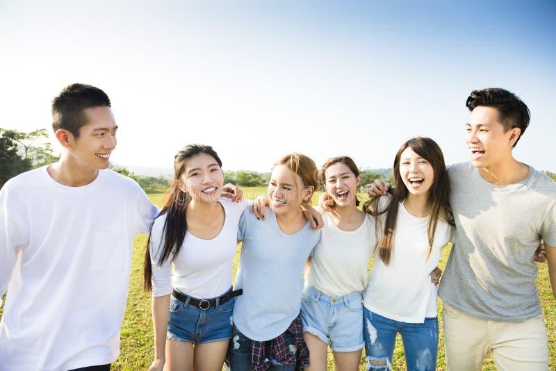 Glückliche junge Gruppe, die zusammen geht lizenzfreies stockbild