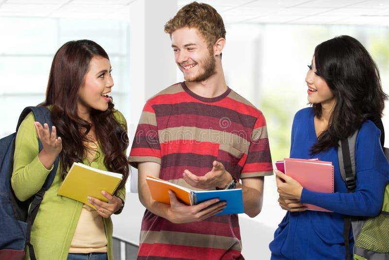 Glückliche junge Jugendlichstudenten stockbilder