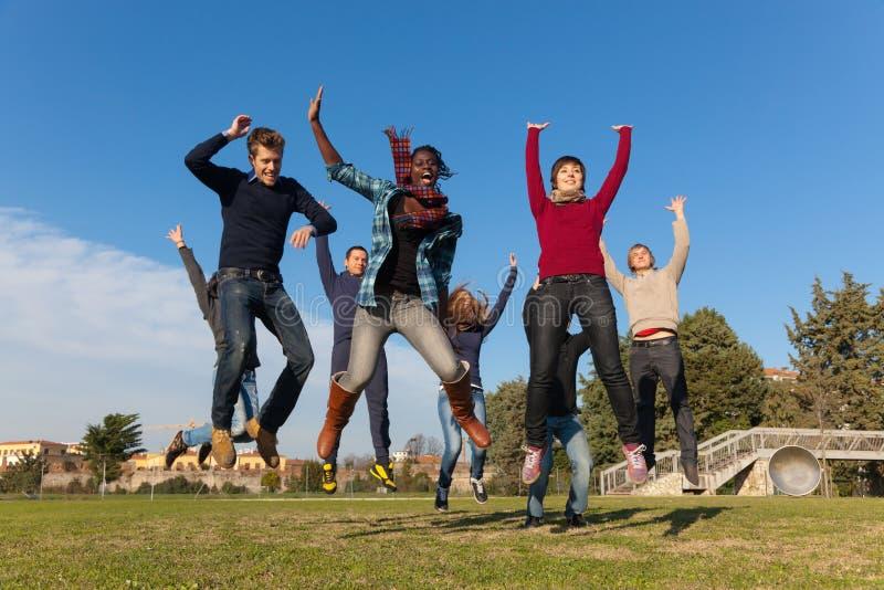 Glückliche junge Leute stockfotografie