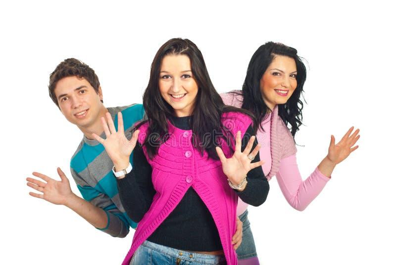 Glückliche junge Leute, die Palmen zeigen stockbild