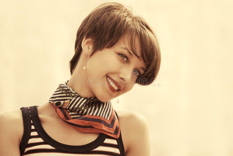 Glückliche junge Modefrau im Trägershirt- und Seidenschal im Freien lizenzfreies stockfoto