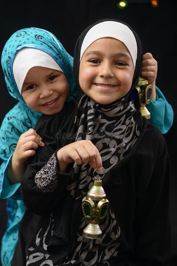 Glückliche junge moslemische Mädchen mit Ramadan Lantern stockfotos