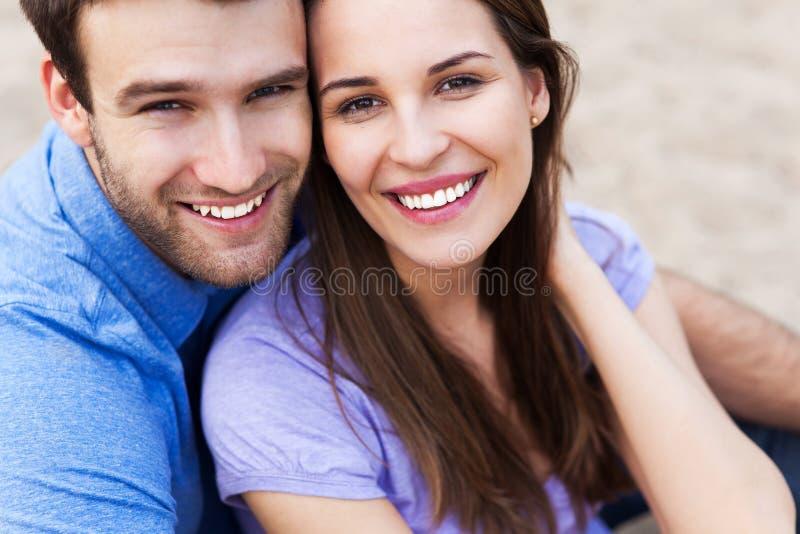 Glückliche junge Paare lizenzfreie stockbilder