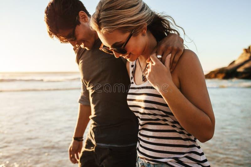 Glückliche junge Paare auf Strandurlaub lizenzfreies stockbild