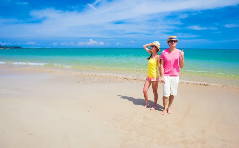Glückliche junge Paare in der hellen Kleidung und stockbild