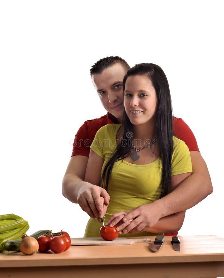 Glückliche junge Paare, die Abendessen vorbereiten lizenzfreie stockfotos