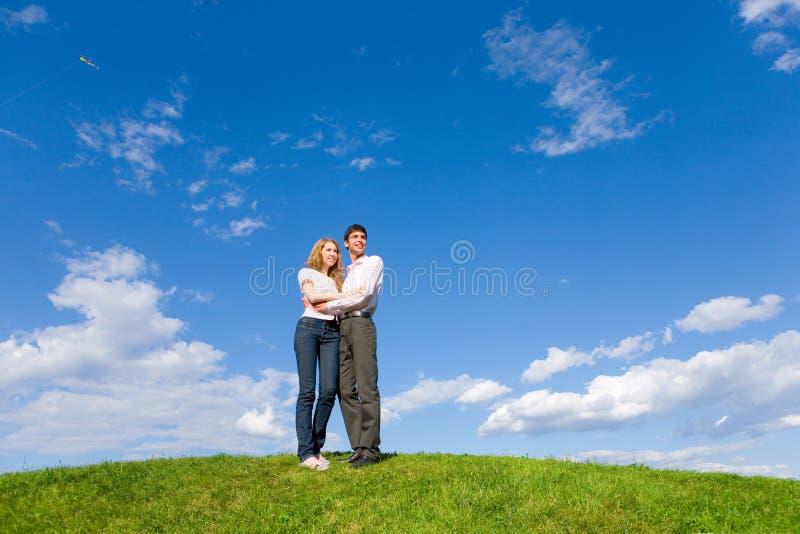 Glückliche junge Paare, die etwas betrachten lizenzfreie stockbilder