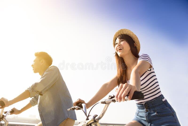 Glückliche junge Paare, die Fahrradfahrt anstreben stockfotos