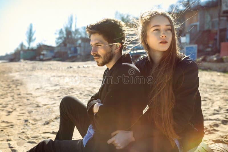 Glückliche junge Paare, die im Frühjahr Zeit auf dem Seeufer verbringen stockfotos