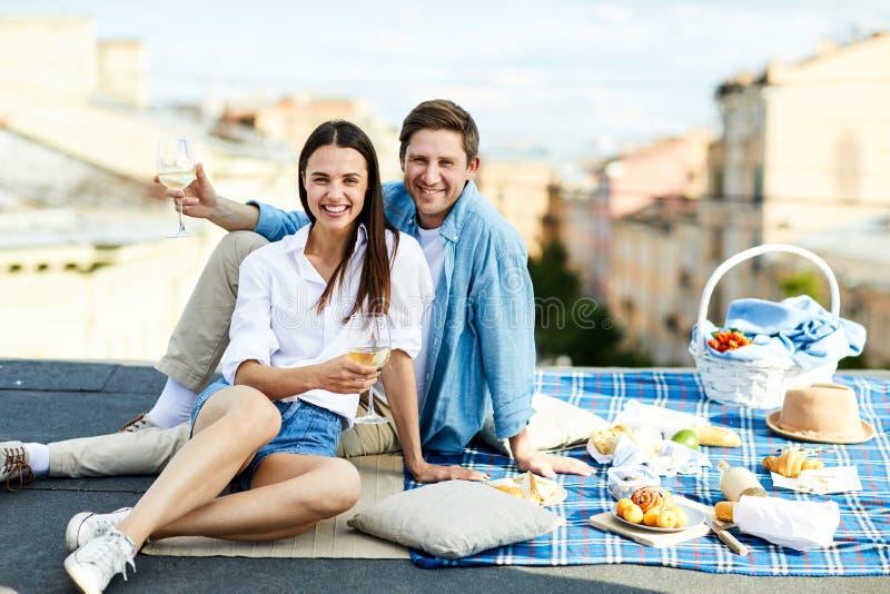 Glückliche junge Paare, die Jahrestag feiern lizenzfreie stockfotos
