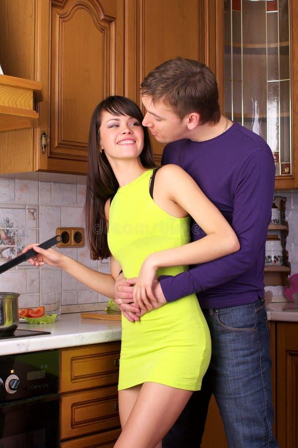 Glückliche junge Paare, die Nahrung zubereiten lizenzfreie stockfotos