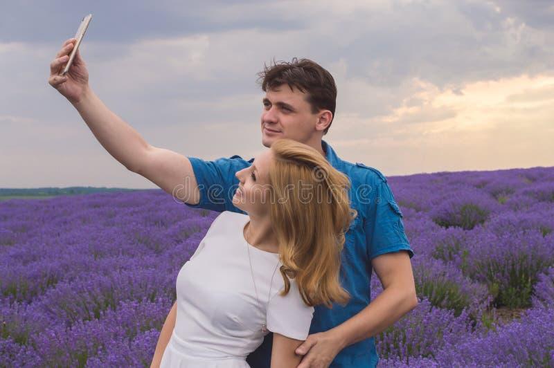 Glückliche junge Paare, die selfie machen lizenzfreie stockbilder