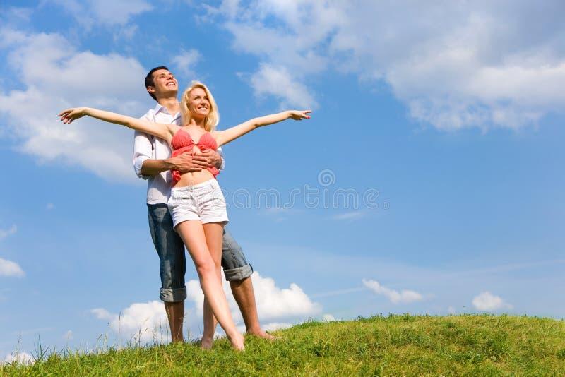 Glückliche junge Paare, die Sommer genießen. lizenzfreie stockbilder