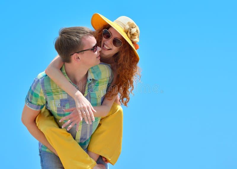 Glückliche junge Paare, die sonnigen Tag genießen stockbilder