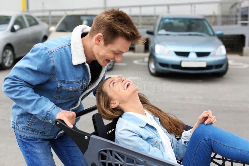 Glückliche junge Paare, die Spaß auf Stadtstraße haben stockbilder