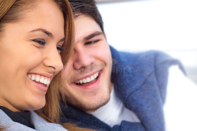 Glückliche junge Paare, die Spaß draußen haben stockfoto