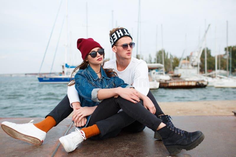 Glückliche junge Paare, die Spaß haben und zusammen draußen lachen lizenzfreies stockbild