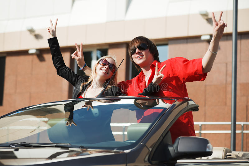 Glückliche junge Paare in einem Auto stockfotografie