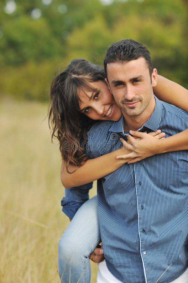 Glückliche junge Paare haben die romantische im Freienzeit lizenzfreie stockfotos