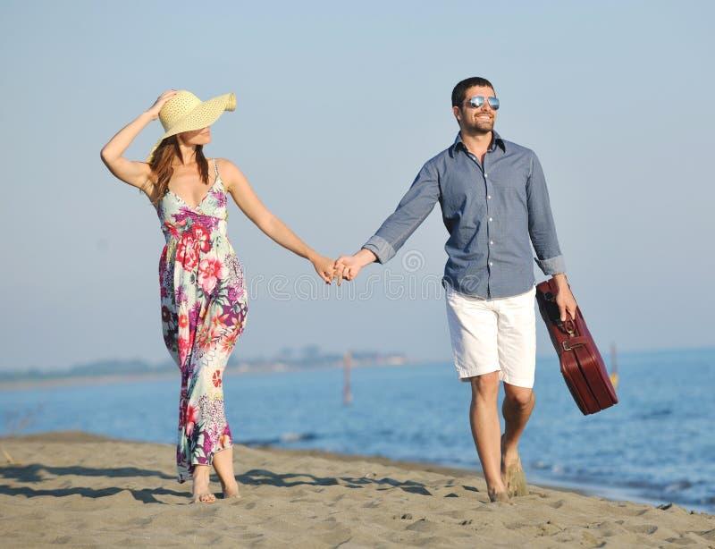 Glückliche junge Paare haben romantische Zeit auf Strand lizenzfreie stockbilder