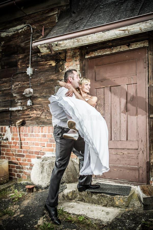 Glückliche junge Paare heirateten gerade lizenzfreie stockbilder