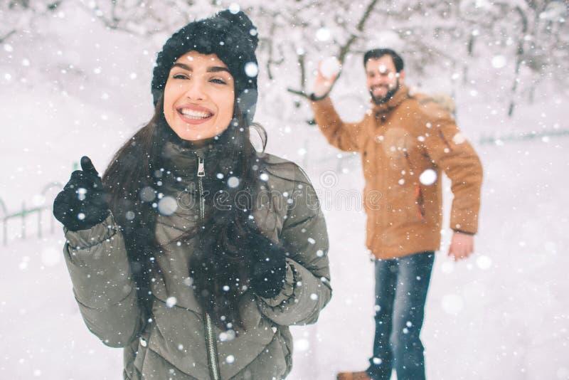 Glückliche junge Paare im Winter Familie draußen Mann und Frau, die aufwärts schauen und Lachen Liebe, Spaß, Jahreszeit und Leute lizenzfreies stockbild