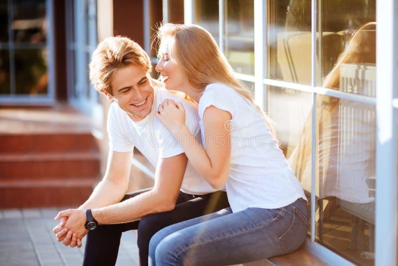 Glückliche junge Paare mit an sonnigem Sommertag in der Stadt lizenzfreie stockfotos