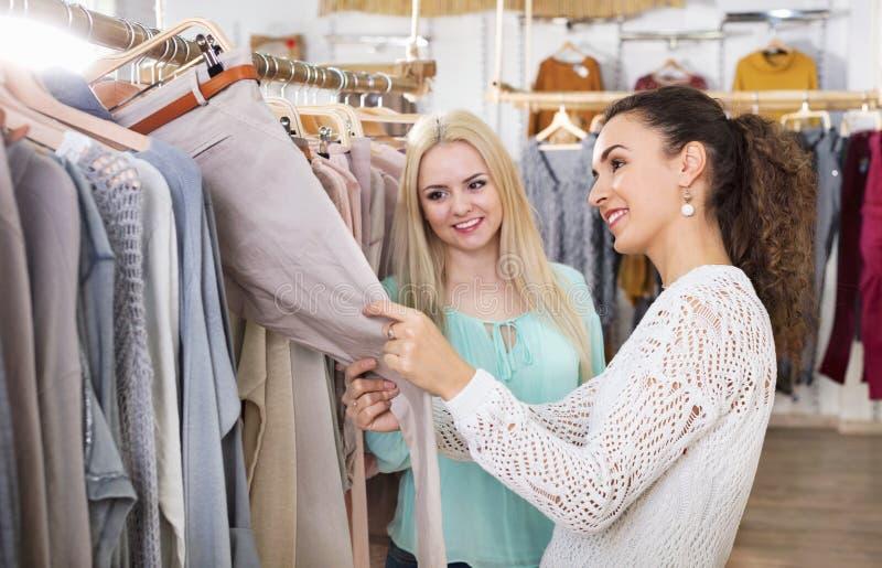 Glückliche junge reizend Freundinnen, die Hose wählen lizenzfreie stockfotografie