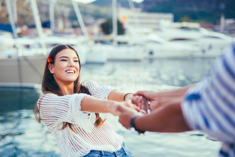 Glückliche junge romantische Paare in der Liebe, die Spaßhändchenhalten hat stockfotos