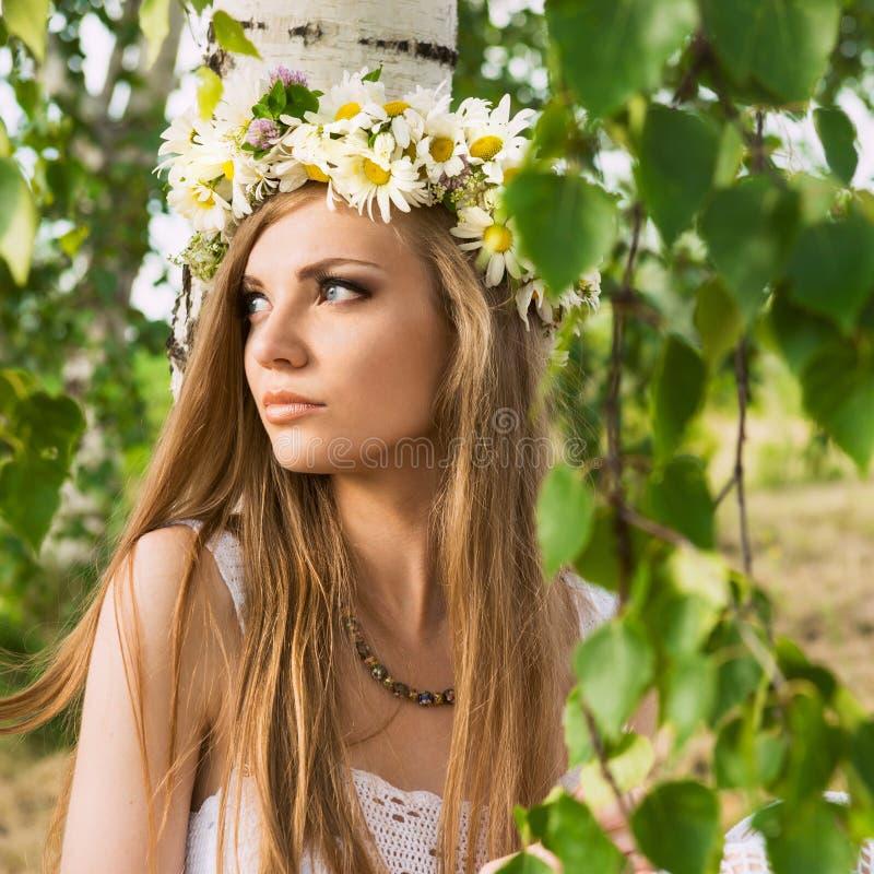 Glückliche junge schöne Frau stockfotografie