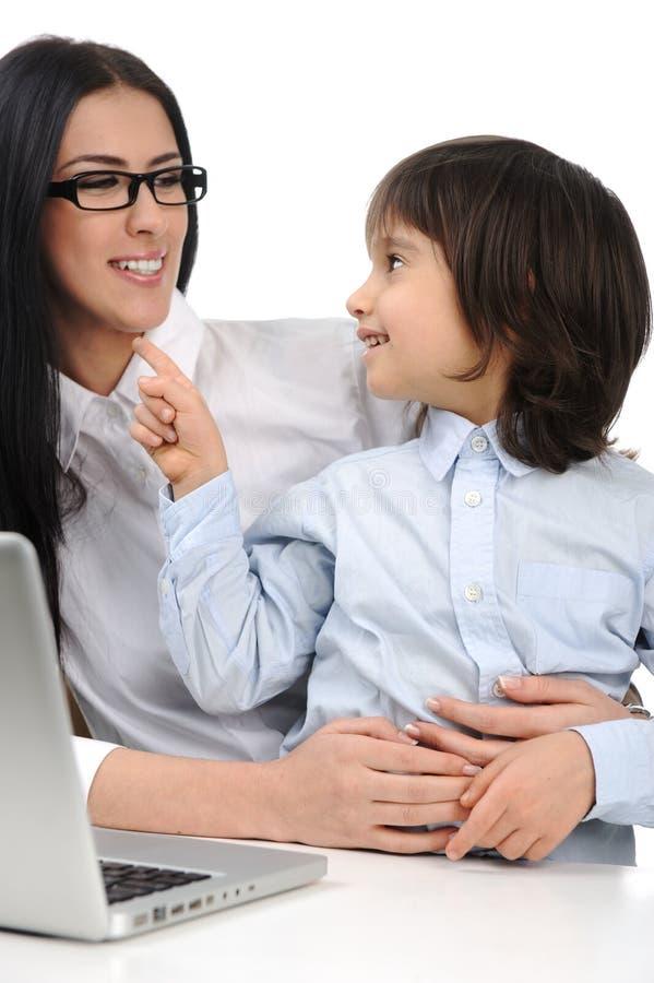 Glückliche junge schöne Mutter und netter kleiner Sohn lizenzfreie stockfotografie