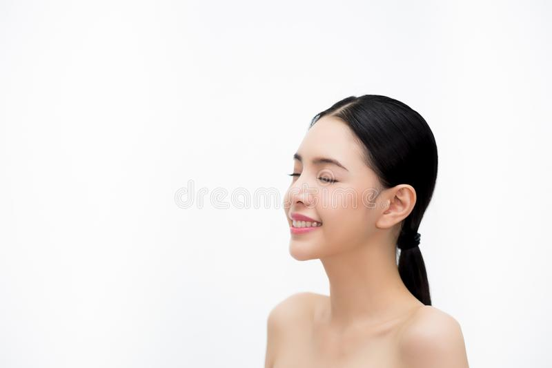 Glückliche junge schöne und elegante Asiatin in der Seitenansicht lokalisiert über weißem Hintergrund, Gesundheitswesen- und Skin lizenzfreies stockbild