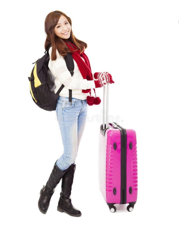 Glückliche junge Schönheit im Winter kleidet mit Gepäck stockfotografie