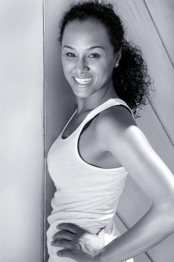Glückliche junge schwarze Frau stockfotos