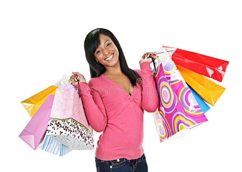 Glückliche junge schwarze Frau mit Einkaufenbeuteln stockbilder