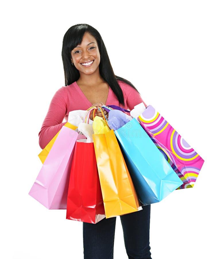Glückliche junge schwarze Frau mit Einkaufenbeuteln lizenzfreies stockfoto