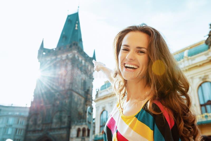 Glückliche junge Solo- touristische Frau, die Exkursion hat lizenzfreie stockfotos