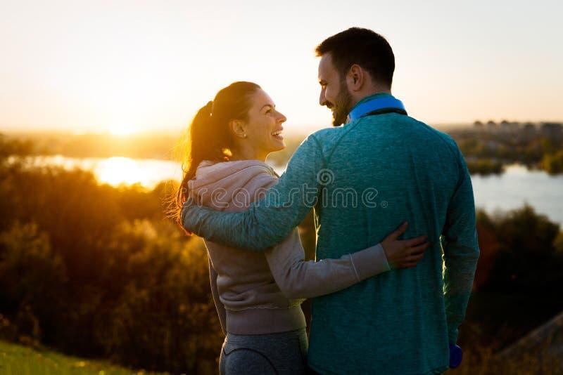Glückliche junge sportliche Paare, die romantische Momente teilen stockfoto