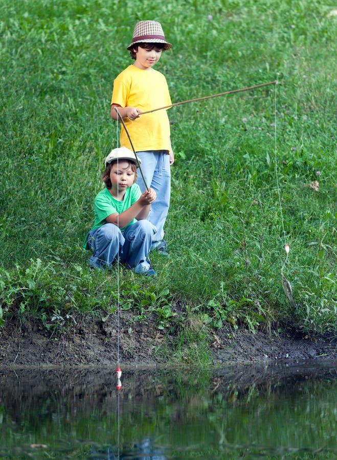 Glückliche Jungen gehen zu fischen stockbilder