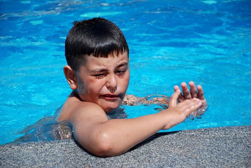 Glückliche Jungenschwimmen im Pool lizenzfreies stockfoto