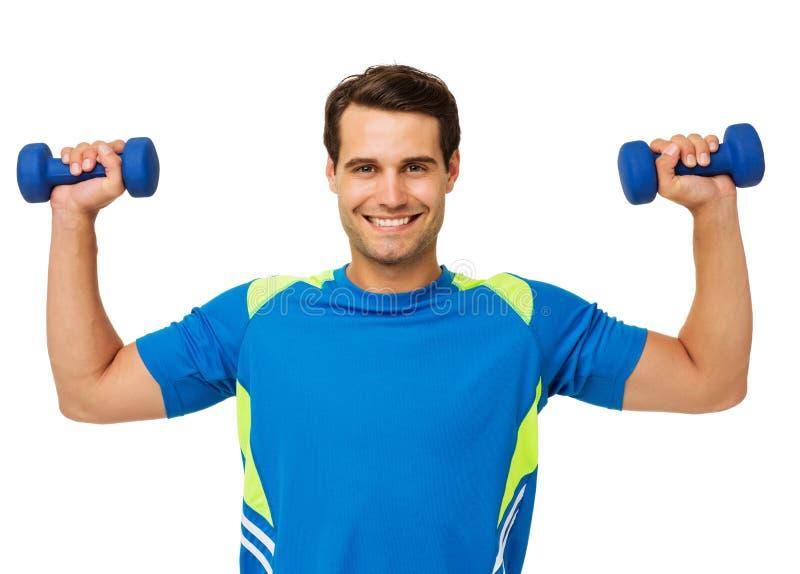 Glückliche junger Mann-anhebende Gewichte lizenzfreie stockfotografie