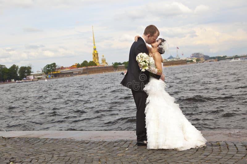 Glückliche Jungvermählten lizenzfreies stockbild