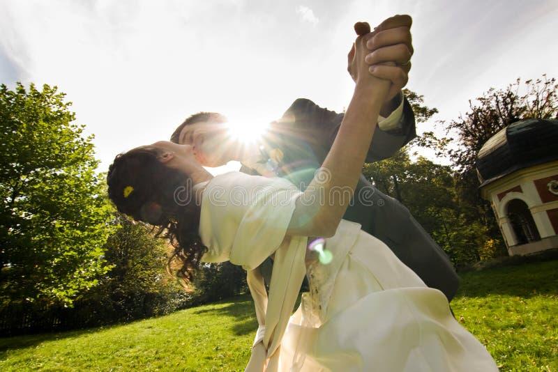 Glückliche Jungvermähltenpaare lizenzfreie stockfotografie