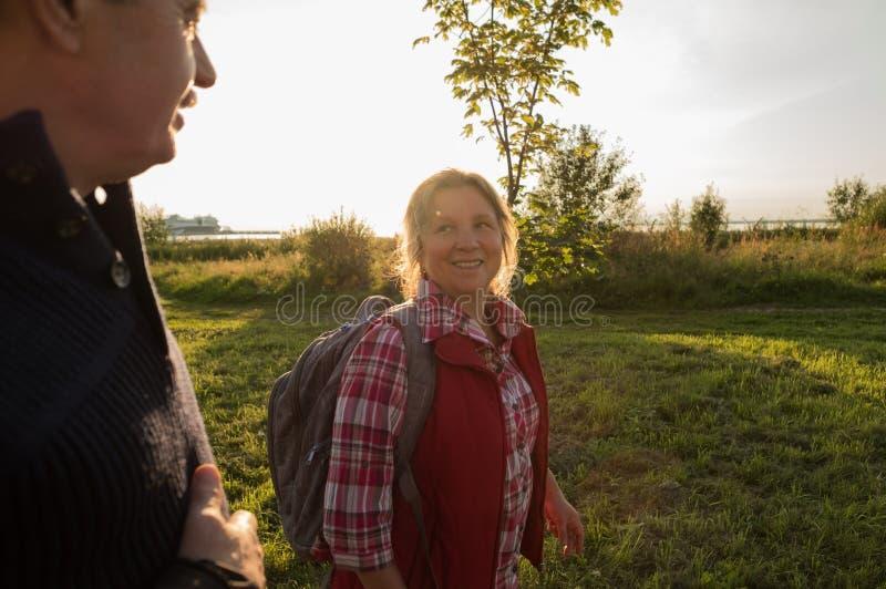 Glückliche kaukasische ältere Seniorpaare im Park lizenzfreies stockfoto