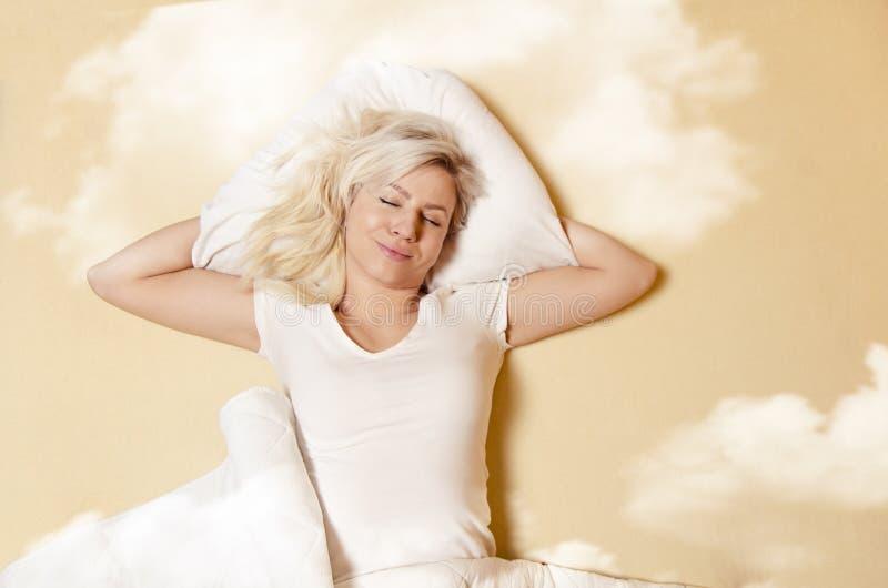 Glückliche kaukasische Frau, die im guten Schlaf genießt stockfotografie